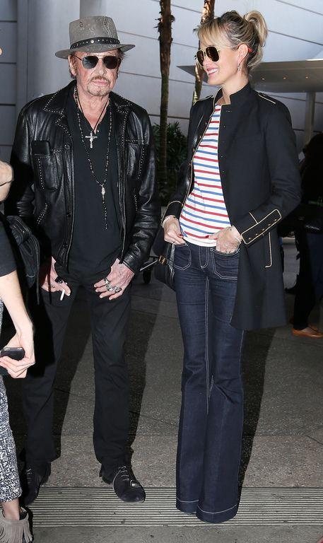 Après son 75ème concert, Johnny Hallyday arrive en famille avec sa femme Laeticia et ses filles Jade