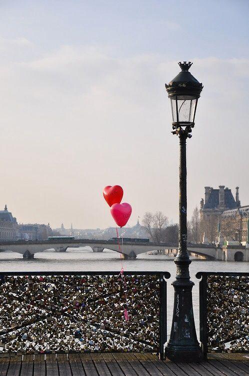 Ein Schloss auf die Brücke in Paris hängen