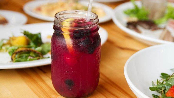 Caipiroska ai frutti di bosco, cocktail con vodka, frutta e pepe: la ricetta!