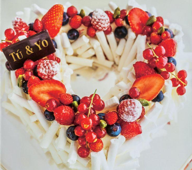 Corazón blanco de frutas rojas