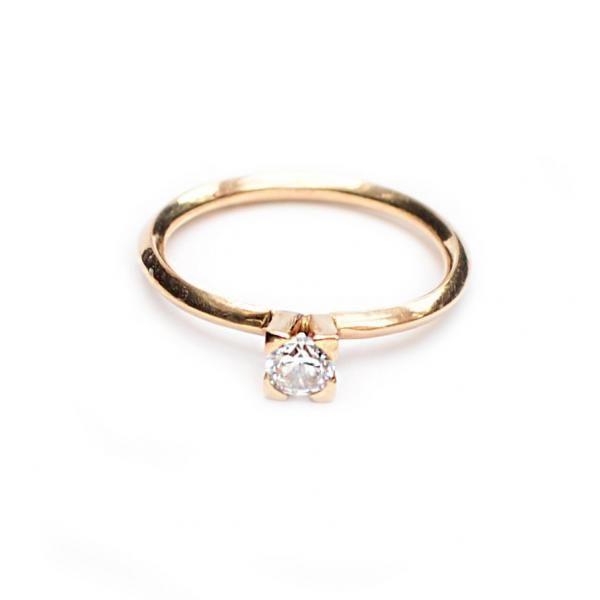 En fantastisk liten ring i 18K guld med en infattad 35ct diamant. Handtillverkad och helt unik. Ringen har 4 klor som spänner om diamanten och ringskenan är vriden vilket ger ett extra speciellt uttryck. Det går även bra att beställa ringen i vitguld eller 925 silver och med egenvald sten. Kontakta mig för prisförslag. Material: 18k guldMått: ringskena 2mm, höjd infattning ca 4mm, bredd infattning ca 5mm A great little ring in 18K gold with a 35ct diamond encased. Handmade and unique. The…