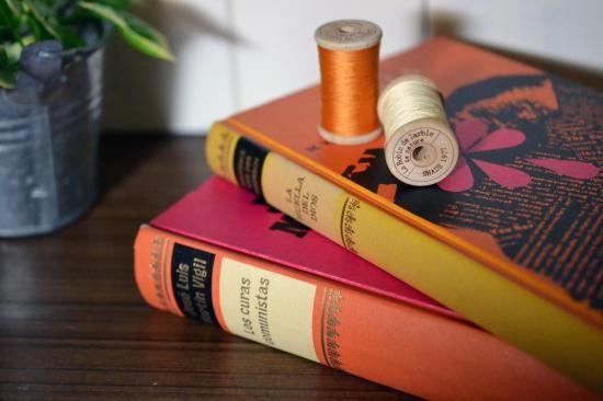 1900年代後半の洋書も、飾り方を工夫するだけでこんなにおしゃれなディスプレイに。