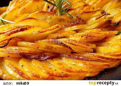 Pečené cibulové brambory recept - TopRecepty.cz