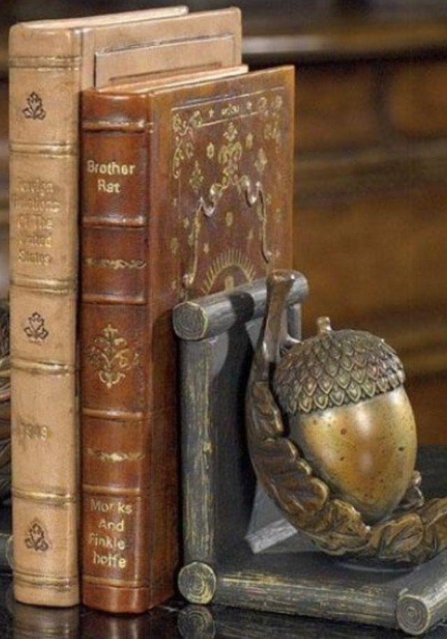 Amazing Brass Acorn bookend with antique leather-bound books / Meravigliosa ghianda in ottone come ferma libri e libri antichi con copertina in cuoio