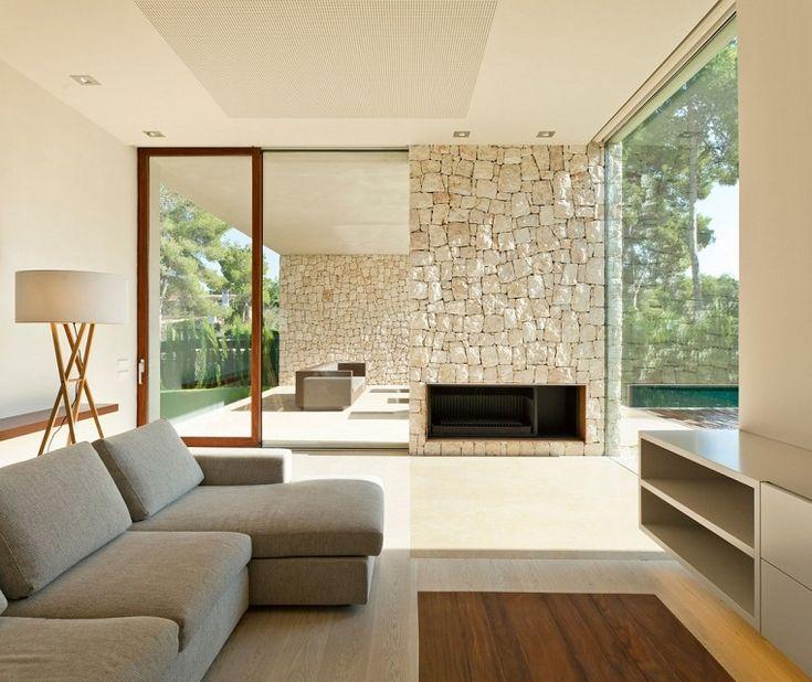 pared de piedra con chimenea