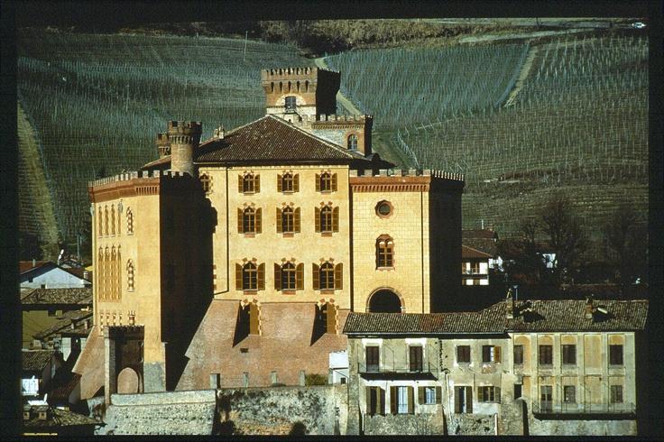 Castello di Barolo, Barolo, provincia di Cuneo, Piemonte, Italia. 44°37′00″N 7°56′00″E