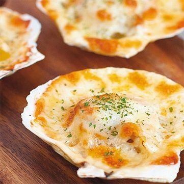 L'abbinamento di oggi è a base di pesce e formaggio! Preparate le capesante con il taleggio e servite questo piatto accompagnato dal pane caldo irrorato con olio all'aglio. Ecco la ricetta di oggi su www.frescopesce.it/capesante-al-taleggio