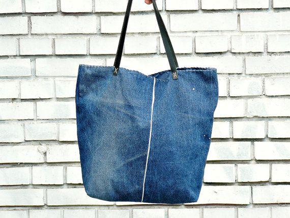 Diese Rück gedachte Jeans Umhängetasche ist nicht nur multifunktional und äußerst komfortabel, aber es passt auch die modernen urbanen Stil. Das perfekte Zubehör für Denim-Liebhaber.  Diese Jeans Tasche besteht aus re gedachte Jeans handbemalt mit speziellen Textil-Lacken. Diese Tasche ist eine Mischung aus street-Fashion und abstrakte Kunst, der es so einzigartig und besonders macht. Die Denim-Stil ist mit echtem Leder-Elementen kombiniert. Die Riemen sind aus echtem Leder sowie. Es gibt 1…
