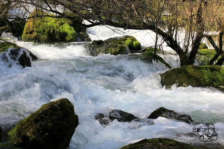 Río Cadagua a los pocos metros de su nacimiento a los pies de los Montes de la Peña en el Valle de Mena (Burgos)