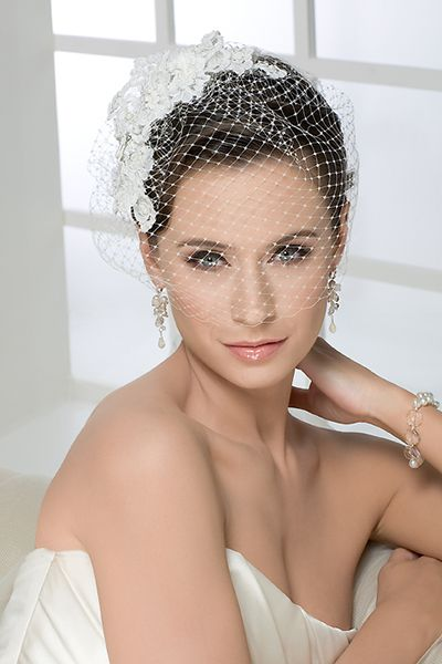 Birdcage veil is perfect for vibrant, fashionable and slightly offbeat brides. It has a vintage yet quirky element to it while looking absolutely gorgeous. It will really elevate your look into something unique, it speaks to your confidence.