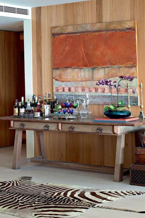 Já demos algumas dicas sobre como arrumar o espaço do bar em casa. Agora reunimos alguns ambientes com mesas e aparadores para dispor as bebidas, copos, ba