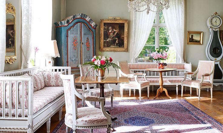 Löftsa Säteri är omsorgsfullt rustat. I stora salen står det värmländska golvuret med sin svarvade form, gyllene ornamentering och ett ovanligt benparti.