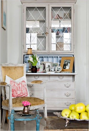 I love everything in this photo but the most striking pieces are the white armchair teamed with the little blur stool/side table and the silver footed tray piled high with gorgeous yellow apples.  Great color bursts on the always fabulous white!