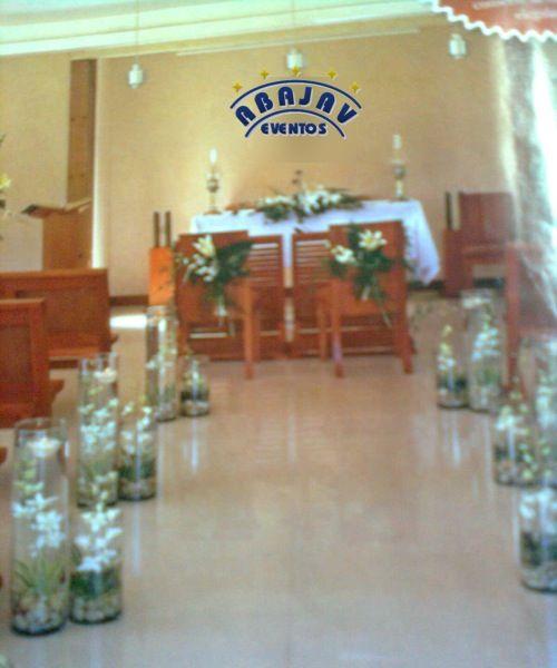 Con bases de vidrio altas, lograras un estilo unico en el camino al altar !!