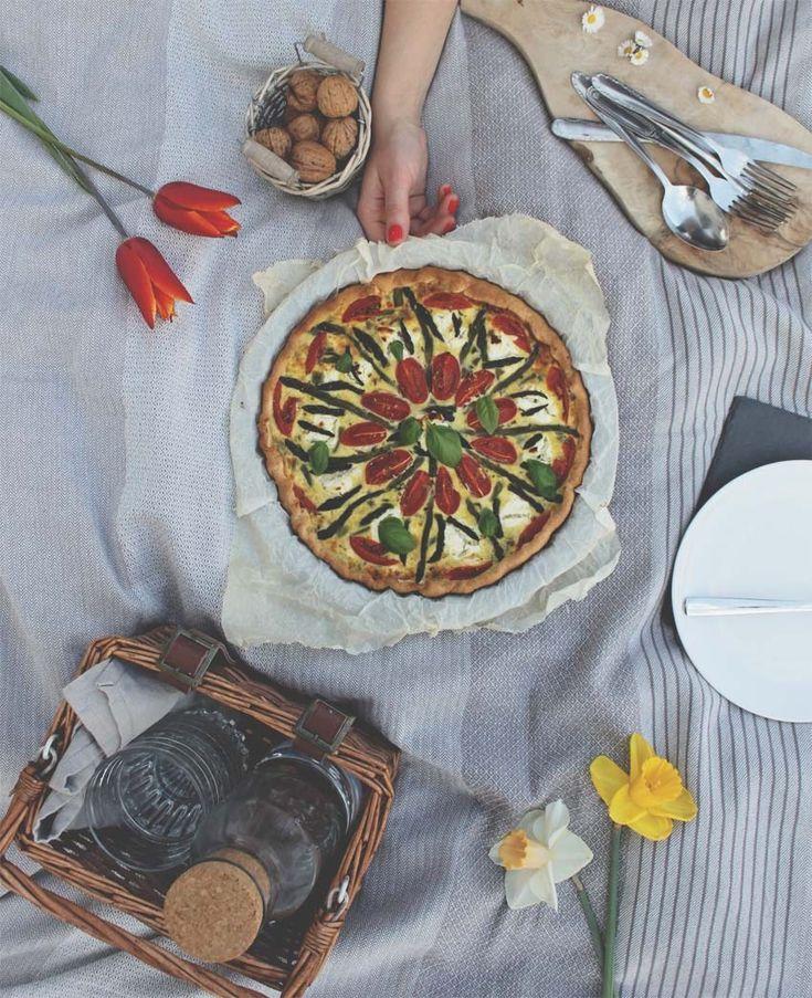 Una quiche facile e gustosa, perfetta per i vostri pic nic, con asparagi, pomodorini e feta, vi farà fare un figurone anche con i vostri amici vegetariani!