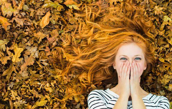 Обои картинки фото девушка, рыжеволосая, смех, осень