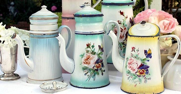 tea pots...lovely!: Enamels Coff, Shabby Chicvintag, Enamels Teapots, French Enamelware, Antiques French, Vintage Floral, Coff Pots, Teas Teapots, Floral Enamelware