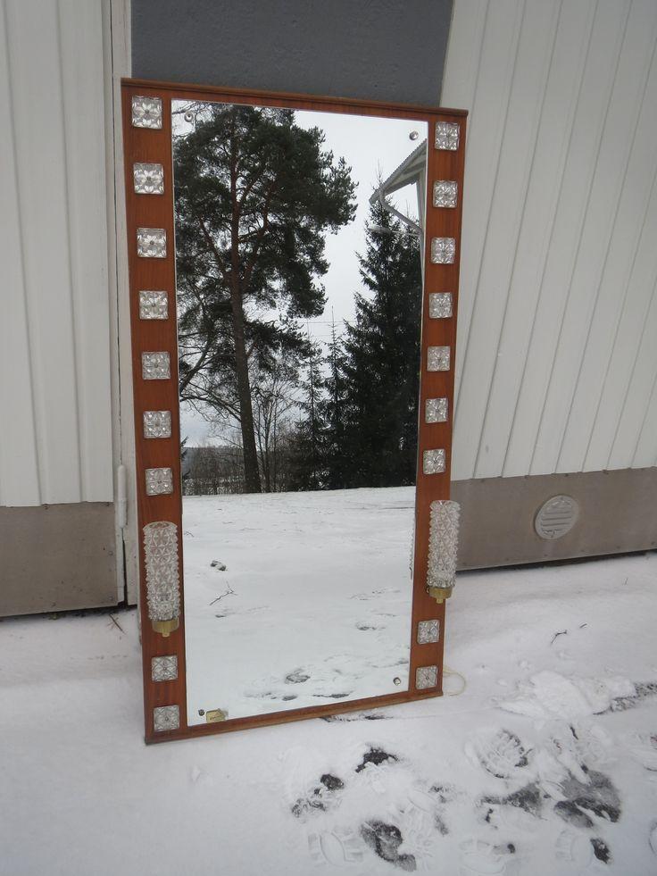 Huikea peili kahdella valaisimella ja upeilla lasikoristeilla. Puuosissa jotain käytön jälkiä, peili hyvässä kunnossa. Valot toimivat.  Korkeus 125 x 66 cm.  Ruotsalainen, valmistajan tarra löytyy takaa.  MYYTY.
