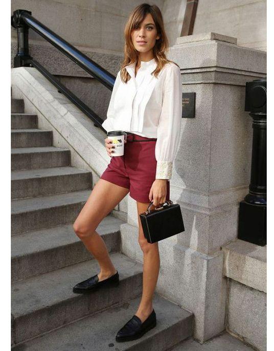 Un short bordeaux avec une blouse blanche et des mocassins