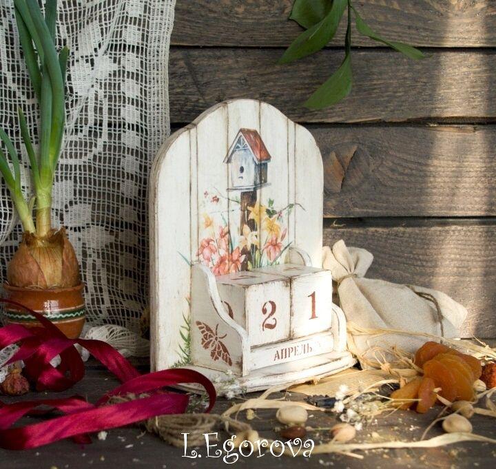 Лиля Егорова. Календарь «ВЕЧНОЕ ЛЕТО»: имитация дощечек, вживление распечатки «лицом в лак», немного подрисовки (трава по бокам), бабочка ч/з трафарет, потёртости и лёгкое старение всё тем же медиумом.