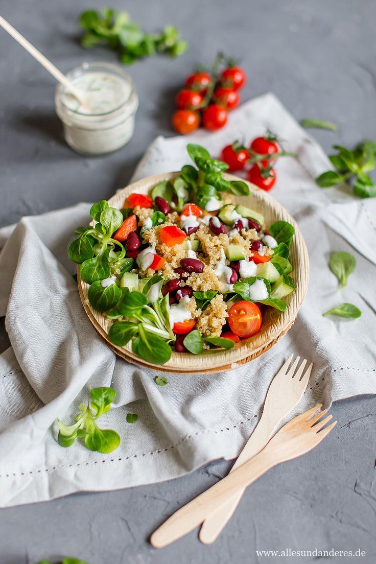 Perfekt für die Mittagspause: Quinoa-Salat mit Kidneybohnen, Feldsalat und selbstgemachtem Joghurt-Dressing. Am Vorabend zubereitet kann man so den Lunch perfekt genießen.