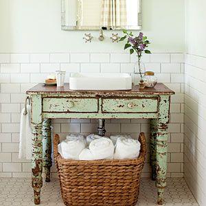 Mooi oud tafeltje gebruikt als wastafelmeubel! Bij www.old-basics.nl zijn vergelijkbare oude tafels of oude brocante kastjes te koop die je in de badkamer kunt gebruiken (webwinkel en grote loods van 750 m2 ! )