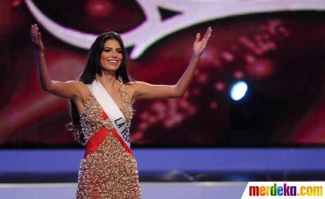 Miss Carlina Duran batal menyandang sebagai Putri Republik Dominika karena diketahui sudah menikah.