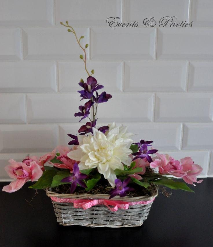 Bukiet wykonany w tonacji różowo - ecru z nutą ciemnego fioletu, umieszczony w ślicznym koszyczku.