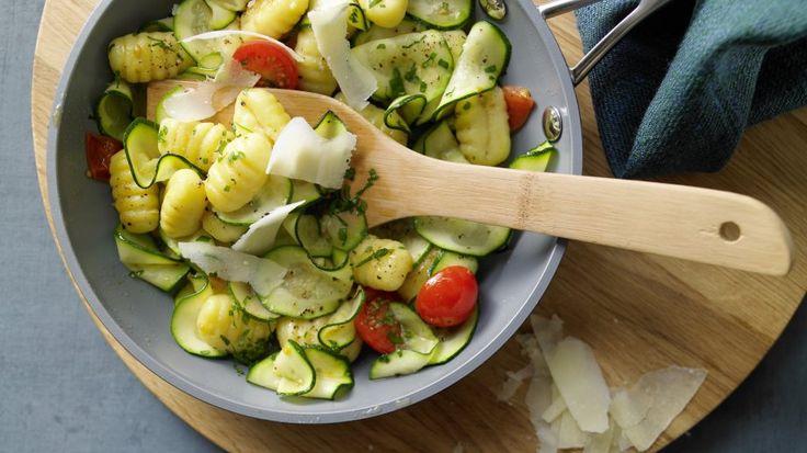 Gnocchi-Zucchini-Pfanne mit Kirschtomaten und Parmesan