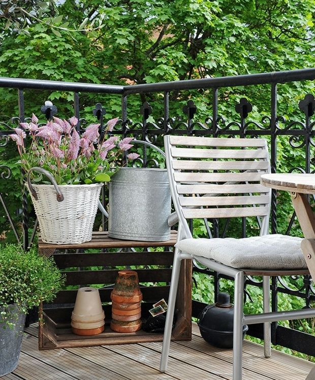 http://wohnideen.minimalisti.com/wp-content/uploads/2014/02/Balkon-Pflanzen-Eisen-Eimer-Rattan-Korb-Holz-Kiste-rustikaler-Look.jpg