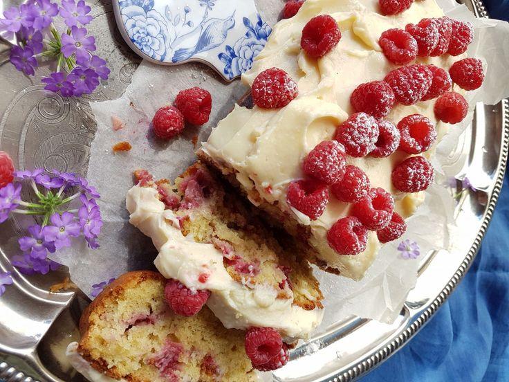 Kesällä leivotaan mutkat suoriksi. Mökillä kallisarvoiset aurinkotunnit vietetään mieluummin ulkona kuin keittiössä. Tämä vadelmien täplittämä kakku syntyy ilman vatkaamista, yhdessä kattilassa. Ka…