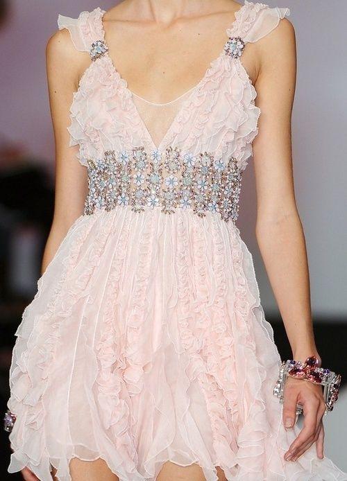 Balenciaga | delicado, femenino, y  dulce y  hermosa ❤)