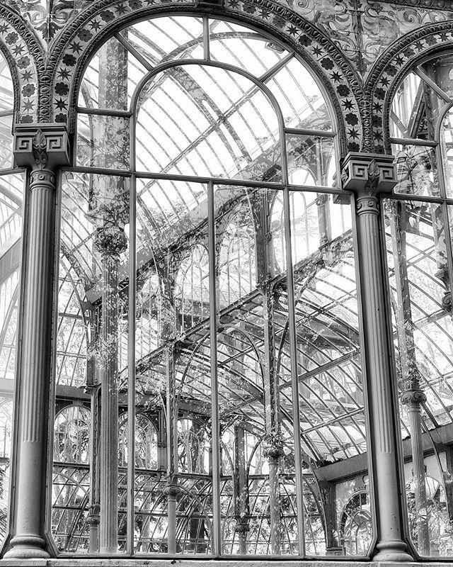 Palacio de Cristal... #madrid #places#lugares #people#gente#urbanscenes #escenasurbanas #winter #invierno #building #edificio #arquitectura #architecture #monocromo #igersmadrid_bn #canonEOS5DMarkIV
