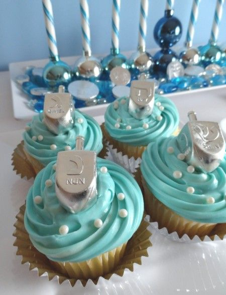 Beautiful blue Hanukkah cupcakes and more delicious desserts!