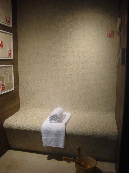 25 beste idee n over betegelde badkamers op pinterest badkamers badkameridee n en douche ruimtes - Badkamer betegelde vloer ...