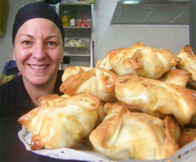 Esta semana está siendo un poco la semana de la cocina internacional. Hoy toca cocina árabe, la que hace María Grosso en Bsaha, un puesto de gastronomía marroquí que acaba de abrir en el mercado central de Cádiz. Hace pastelas, pinchitos, dulces...todos los detalles en Cosasdecome. http://www.cosasdecome.es/sin-categora/bsaha-comida-marroqui-en-el-mercado-de-abastos-de-cadiz/