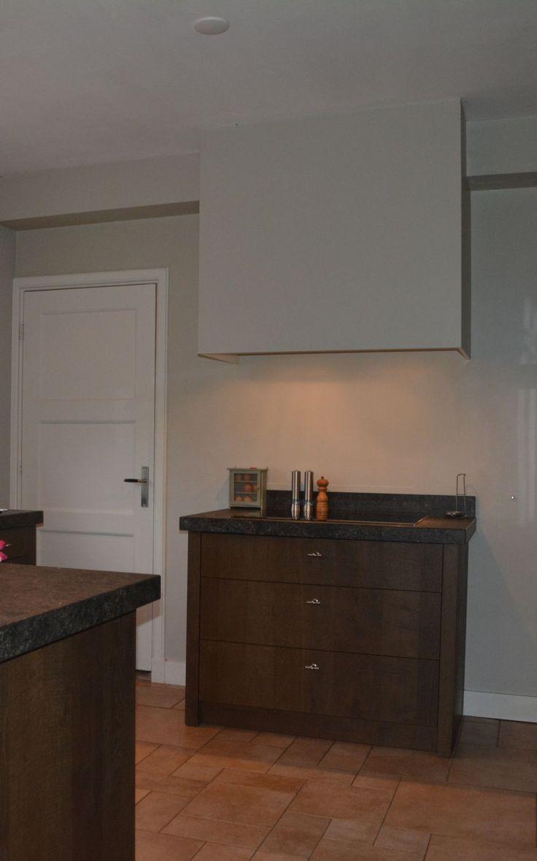 keuken, donker gebeitst met systeemladen en binnenladen ontwerp ...