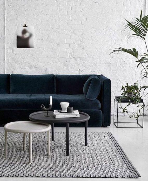 sofá terciopelo azul verdoso, pareja de mesas de centro redondas