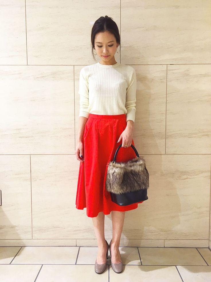 秋に映える鮮やかなオレンジ色のスカート。トップには白のリブニットを合わせて、清楚なお出かけスタイルに♪手元のファーバッグがより季節感を引き立てます。