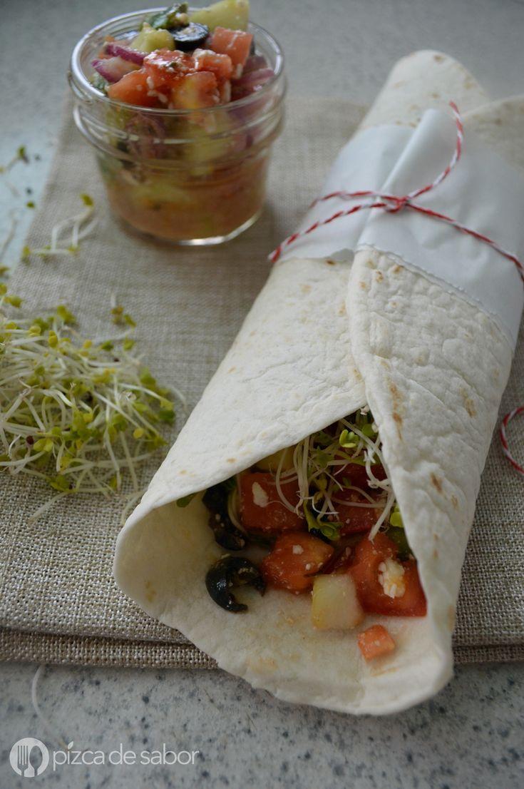 Wraps fáciles y deliciosos, rellenos con ensalada mediterránea con tomate, pepino y aceitunas. Además se agrega hummus y germinado para hacerlo más nutritivo y llenador.