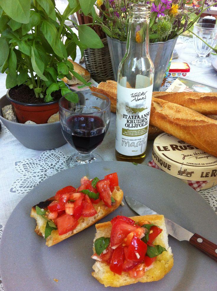 Bruscetta met tomaat, knoflook, basilicum, peper en olijfolie. Het oude stokbrood even in olijfolie bakken in de koekenpan!