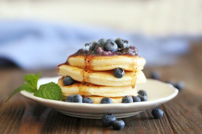 Víte, že existují i sladké snídaně, po kterých nehrozí, že byste přibrali? Naopak – mohou vám dokonce pomoci. Nevěříte? Zkuste některou ztěchto variant. Zamiluje si je celá rodina! Proč se vyplatí jíst sacharidy po ránu? Zdravou snídani by (i při hubnutí) měly tvořit as…