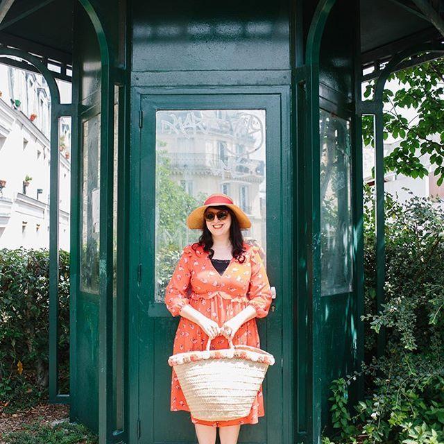 LOOKS 🎀 Shooting estival avec ma talentueuse @isa_rocha_lens dans la verdoyante Promenade Plantée Parisienne, La Coulée Verte. Pour ce look Preppy tout en fleurs, je portais ma petite robe rouge vermillon @primark, mon chapeau @derhy avec son joli noeud rouge, mon panier chouchou à pompons @sezane, mes sandales hortensias @mademoiselle_r_ , mes dormeuses fleurs @agatha_paris_officiel et comme bague, ma jolie petite Sirène made by @lesnereidesparis 👸🏻👒🌺🐠🐚🌊✨ . . #VerasOutfits . 📷…