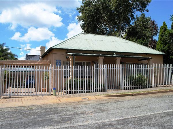 2 Bedroom House in Greymont, Beautiful family home with pressed ceilings, wooden floors a very spacious kitchen for mom and braai area for dad and the boys. Splash pool for entertaining the family and friends....