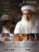 Mezi věřícími - ucelený vhled do současného Pákistánu, v němž ti nejchudší jsou nuceni pro sebe a své děti shánět existenční pomoc u štědře a neprůhledně dotované Červené mešity, zatímco bohatší obyvatelé měst si dobře uvědomují, že tyto děti, vychovávané v Azízových náboženských školách