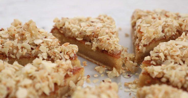 En kladdigare variant av toscakaka med brynt smör. Toppas med ett knäckigt täcke av hasselnötter och mandel.