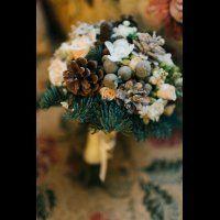 Букет невесты с еловыми ветками, шишками и цветами