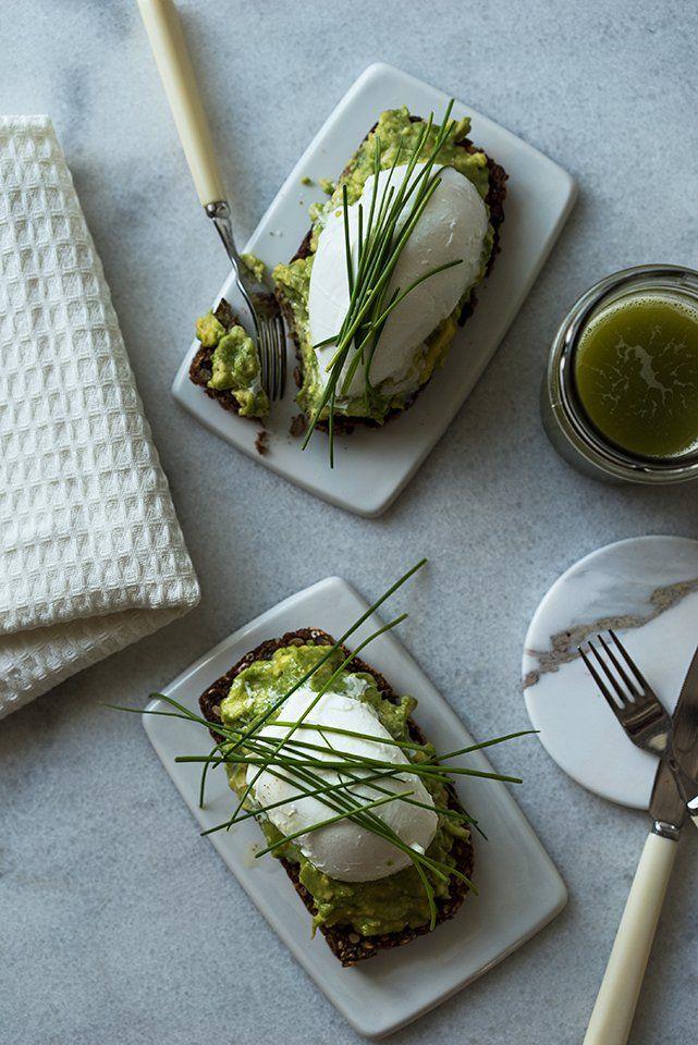En av mine topp tre lunsj, eller brunsj favoritter er avokadotoast. Jeg tror jeg har spist det i nesten alle varianter; på grovt rugbrød, mellomgrovt kornbrød, og lyst surdeigsbrød. Med chiliflak