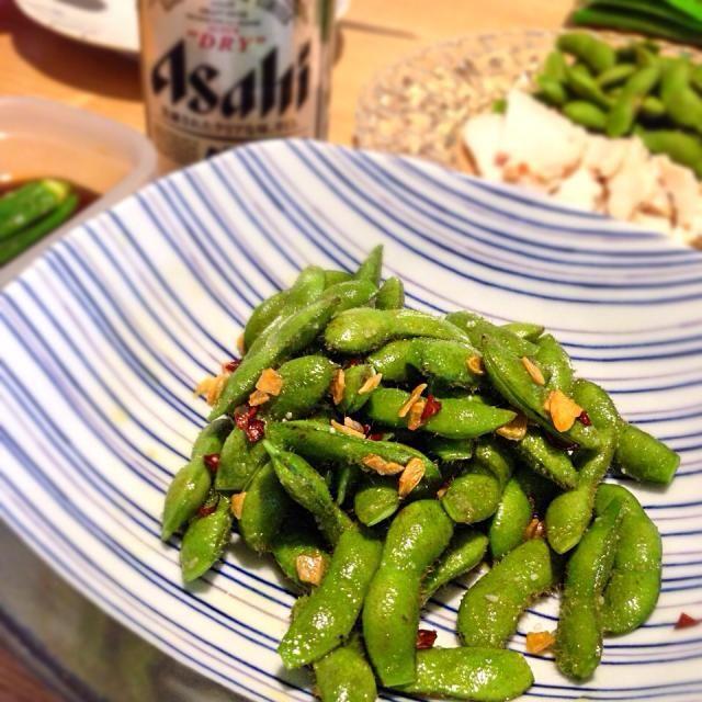 孤独のグルメで五郎さんが食べてたこれ、再現してみました。ガーリック枝豆? オリーブオイルで炒めたけど、ハワイのローカルフード的には何油使うのかなぁ。 とにかく枝豆のサヤが美味しすぎる! http://www.tv-tokyo.co.jp/kodokunogurume4/story/story08.html  弟が来たので、自家製鳥ハムとか、シュウマイとか、ナス味噌炒めとか、お腹いっぱい(´・ω・`) - 6件のもぐもぐ - ガーリック枝豆 by erikoshigelbz