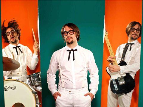 """Gambardellas - """"Sloopy Sounds""""  Esce SLOPPY SOUNDS (BigWave Records/Audioglobe), disco di esordio di GAMBARDELLAS. Sotto questo nome si cela l'eclettico musicista  bergamasco Mauro Gambardella, artista duttile e di spessore che calca la scena indie/rock italiana da diversi anni.  La musica esce potente, adrenalinica. Garage rock, power pop, vintage rock, heavy metal, chiamatela come volete, il risultato è un vortice di pulsazioni trascinante che ti impedisce di stare fermo e va dritto al…"""